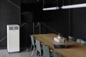 UVC Luftreiniger von AIR CLEANER im Einsatz in einem Sitzungszimmer gegen Corona